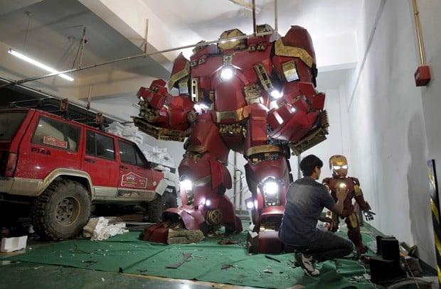 life_size_iron_man_hulkbuster_statue_by_xing_yile_2