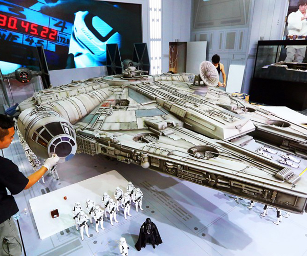 Hot Toys Sixth Scale Millenium Falcon Candid Shots