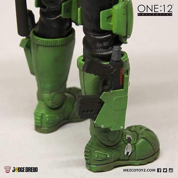 judge_dredd_lawmaster_motorcycle_action_figure_by_mezco_one_12_collective_12