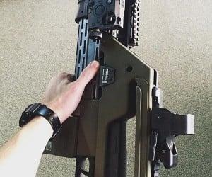 Neill Blomkamp Shows off New Pulse Rifle for Alien Sequel