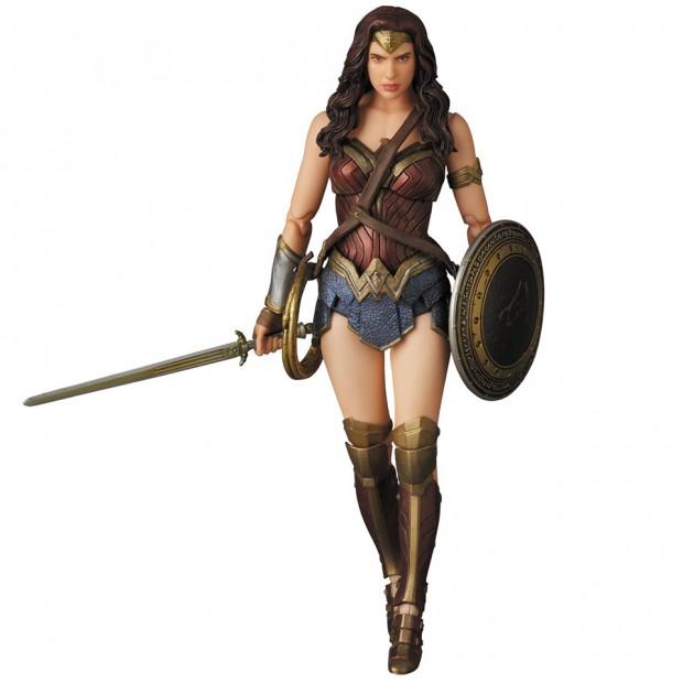 mafex_batman_v_superman_armored_batman_wonder_woman_medicom_11