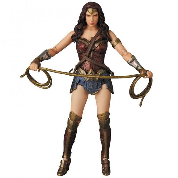 mafex_batman_v_superman_armored_batman_wonder_woman_medicom_12