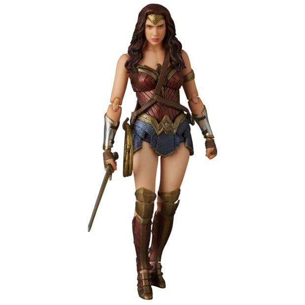 mafex_batman_v_superman_armored_batman_wonder_woman_medicom_13