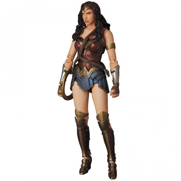 mafex_batman_v_superman_armored_batman_wonder_woman_medicom_14