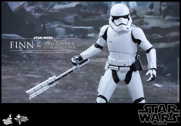 star_wars_vii_finn_riot_control_stormtrooper_hot_toys_16