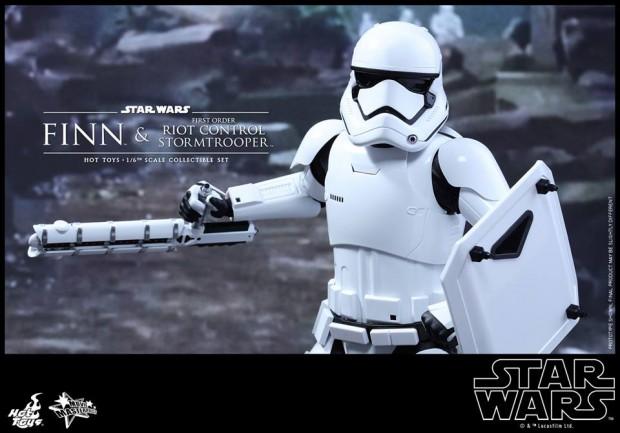 star_wars_vii_finn_riot_control_stormtrooper_hot_toys_17