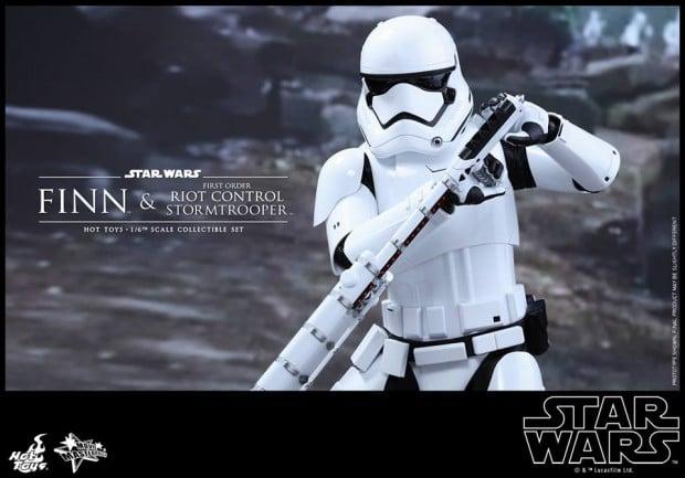 star_wars_vii_finn_riot_control_stormtrooper_hot_toys_18