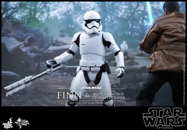 star_wars_vii_finn_riot_control_stormtrooper_hot_toys_19