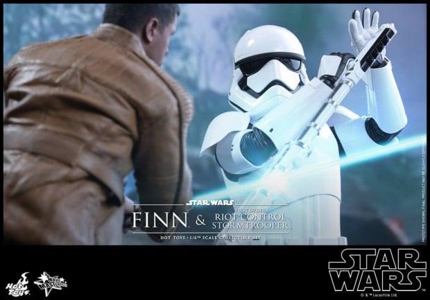 star_wars_vii_finn_riot_control_stormtrooper_hot_toys_23