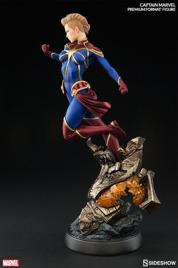 captain_marvel_premium_format_figure_by_sideshow_collectibles_3